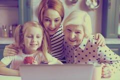 Mujer joven alegre que abraza su mamá y niño fotos de archivo libres de regalías