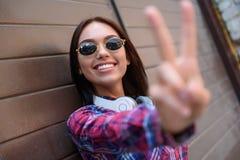 Mujer joven alegre que gesticula positivamente Fotografía de archivo libre de regalías