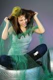 Mujer joven alegre que juega con el pelo Imagenes de archivo