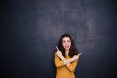 Mujer joven alegre que señala los fingeres lejos Fotos de archivo libres de regalías
