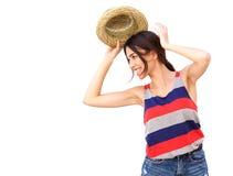 Mujer joven alegre que sonríe con el sombrero contra el fondo blanco Fotografía de archivo