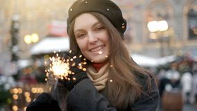 Mujer joven alegre que sostiene bengalas a disposici?n al aire libre Detalle de la muchacha que celebra v?spera del A?o Nuevo s c almacen de video