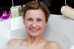 Mujer joven alegre que tiene un baño Imágenes de archivo libres de regalías