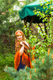 Mujer joven alegre rusa de Cheeked en el verde del foli de la primavera Imagen de archivo