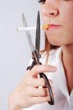 Mujer joven alrededor para cortar el cigarete imágenes de archivo libres de regalías