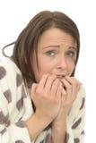 Mujer joven ansiosa asustada nerviosa inestable que parece infeliz Imágenes de archivo libres de regalías