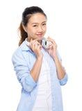 Mujer joven asiática con el auricular en hombro Fotos de archivo libres de regalías
