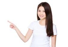Mujer joven asiática con el destacar del finger Fotos de archivo libres de regalías