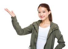 Mujer joven asiática con el presente de la mano Foto de archivo