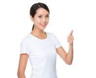 Mujer joven asiática con el pulgar para arriba Imagen de archivo libre de regalías