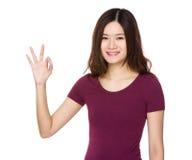 Mujer joven asiática con gesto aceptable de la muestra Fotografía de archivo libre de regalías