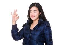 Mujer joven asiática con gesto aceptable de la muestra fotos de archivo libres de regalías