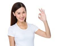 Mujer joven asiática con gesto aceptable de la muestra Fotos de archivo
