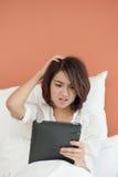 Mujer joven asiática del dolor de cabeza Fotos de archivo libres de regalías