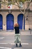 Mujer joven asiática en la calle en París imagenes de archivo