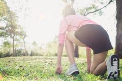 Mujer joven asiática en la marca a fijar listo para el ejercicio que activa al buld encima de su cuerpo sobre el vidrio por mañan Imagen de archivo libre de regalías