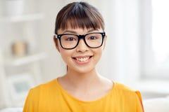 Mujer joven asiática feliz en vidrios en casa Imagen de archivo libre de regalías
