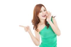 Mujer joven asiática que grita y que señala Imágenes de archivo libres de regalías