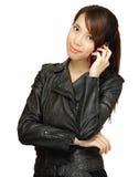 Mujer joven asiática que habla en el teléfono Imagenes de archivo