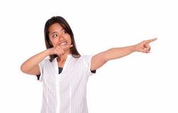 Mujer joven asiática que mira y que señala a la izquierda Fotos de archivo