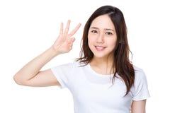 Mujer joven asiática que muestra gesto aceptable de la muestra Fotos de archivo libres de regalías