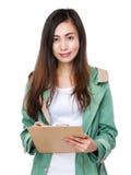 Mujer joven asiática que se sostiene con el tablero del fichero Imágenes de archivo libres de regalías