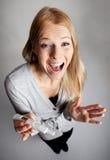 Mujer joven asustada de resultados de la prueba de embarazo Fotografía de archivo