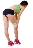 Mujer joven atlética con el vendaje elástico en su pierna Aislado Imagenes de archivo