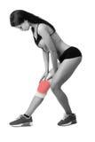 Mujer joven atlética con el vendaje elástico en su pierna Aislado Imagen de archivo