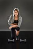 Mujer joven atlética con los pesos Imagen de archivo libre de regalías