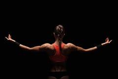 Mujer joven atlética que muestra los músculos de la parte posterior Imágenes de archivo libres de regalías