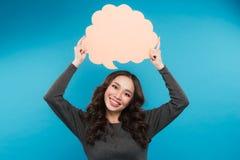 Mujer joven atractiva alegre que coloca y que lleva a cabo la burbuja en blanco del discurso Fotos de archivo libres de regalías