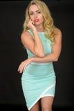 Mujer joven atractiva atractiva que lleva a Mini Dress apretado corto Foto de archivo libre de regalías