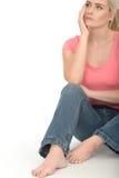 Mujer joven atractiva cambiante pensativa triste que parece preocupada Imagen de archivo libre de regalías