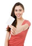 Mujer joven atractiva con de la tarjeta de crédito en blanco Foto de archivo libre de regalías