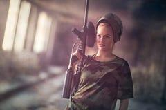 Mujer joven atractiva con el arma del marcador Imagen de archivo