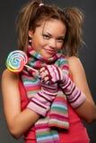 Mujer joven atractiva con el caramelo Imágenes de archivo libres de regalías