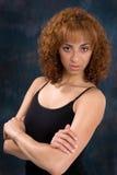 Mujer joven atractiva con el pelo castaño Fotos de archivo libres de regalías