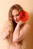 Mujer joven atractiva con el pelo largo Imagen de archivo libre de regalías