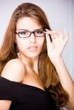 Mujer joven atractiva con el pelo marrón largo fotografía de archivo libre de regalías