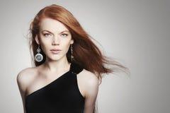 Mujer joven atractiva con el pelo del rojo de la dispersión imagen de archivo