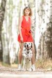 Mujer joven atractiva con el perro. Imágenes de archivo libres de regalías