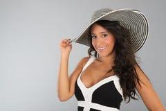 Mujer joven atractiva con el sombrero de paja Fotografía de archivo