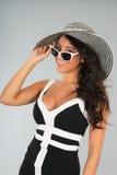 Mujer joven atractiva con el sombrero de paja y las gafas de sol Fotografía de archivo libre de regalías