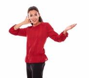Mujer joven atractiva con gesto de la llamada Imágenes de archivo libres de regalías