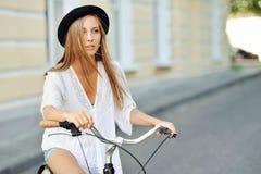 Mujer joven atractiva con la bicicleta Fotografía de archivo