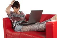 Mujer joven atractiva con la computadora portátil Fotos de archivo libres de regalías