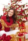 Mujer joven atractiva con la decoración de la Navidad Foto de archivo