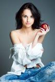 Mujer joven atractiva con la manzana roja fresca Imagen de archivo