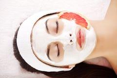 Mujer joven atractiva con la máscara de la fruta Imagenes de archivo